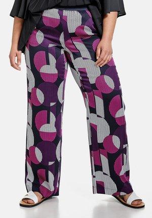 FREIZEIT LANG PALAZZO CARLOTTA MIT PRINT - Trousers - purple/pink