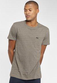 Lee - ULTIMATE POCKET TEE - T-shirt basic - utility green - 0