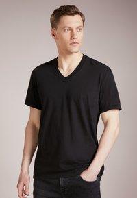 James Perse - V-NECK TEE - T-shirt basic - black - 0