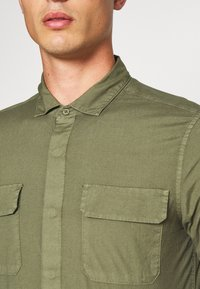 DOCKERS - SUSTAINABLE UTILITY - Shirt - green - 5
