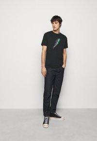 PS Paul Smith - MENS REGULAR FIT LIGHTNING - Print T-shirt - black - 1