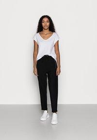 Anna Field Petite - 2 PACK - Jednoduché triko - black/white - 0