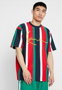 Karl Kani - SIGNATURE TEE - Camiseta estampada - navy/red/green/white - 0