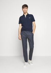 Hollister Co. - HERITAGE SOLID NEUTRALS - Polo - navy - 1