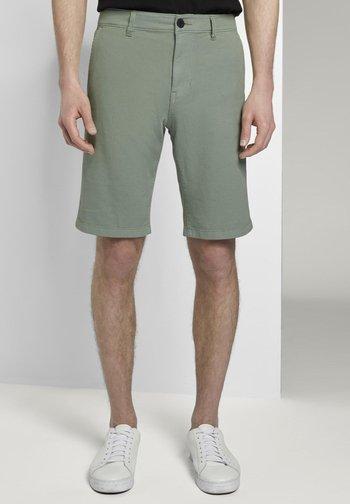 TOM TAILOR DENIM HOSEN & CHINO SHORTS MIT KARABINER-DETAIL - Shorts - dusty leave green