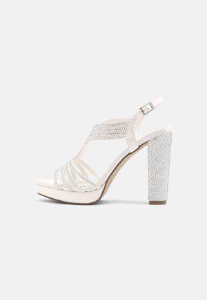 Korkeakorkoiset sandaalit - ivory