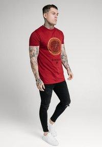 SIKSILK - LION TEE - T-shirt print - deep red - 2