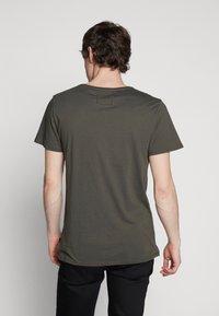 Tigha - HEIN - T-shirt - bas - military green - 2