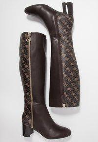 Guess - ADDALIZ - Høje støvler/ Støvler - brown - 3
