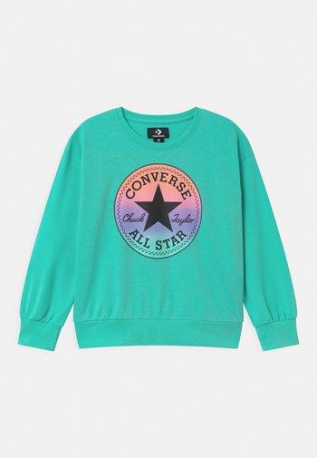 RELAXED CHUCK PATCH CREW - Sweatshirt - aurora green