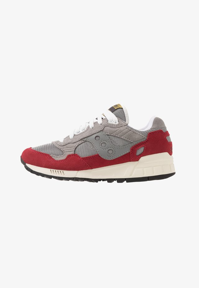 SHADOW DUMMY - Matalavartiset tennarit - grey/red