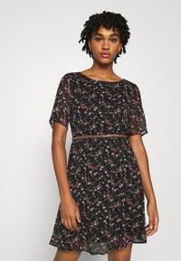 Vero Moda - VMSYLVIA BELT SHORT DRESS - Denní šaty - black/rose flowers - 0