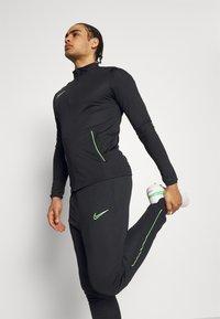 Nike Performance - DRY ACADEMY SUIT SET - Chándal - black/green strike - 3