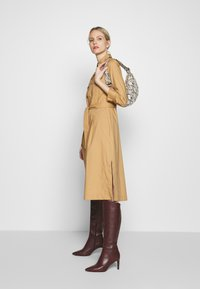 Pedro del Hierro - POPLIN DRESS WITH POCKETS - Kjole - light khaki - 3