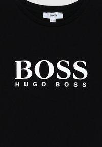 BOSS Kidswear - Triko spotiskem - schwarz - 2