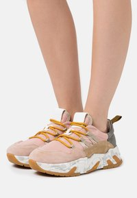 CLOSED - SPUNKY - Sneakersy niskie - amaranth red - 0