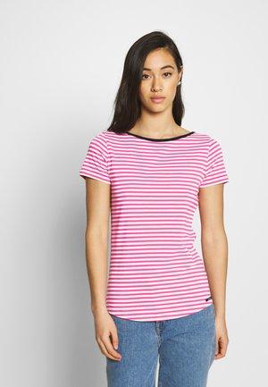 LUELLA - T-shirt imprimé - carmine rose/pearl