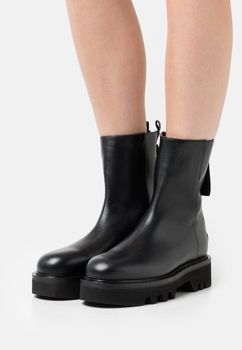 Furla - RITA MID BOOT ZIP - Platform ankle boots - nero