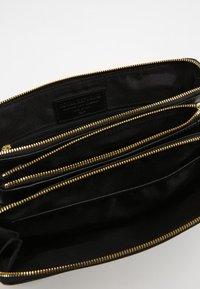 Royal RepubliQ - CATAMARAN  - Across body bag - black - 4