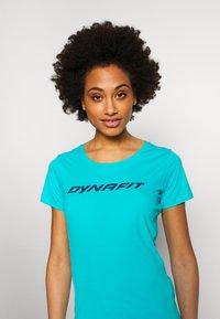 Dynafit - TRAVERSE TEE - T-shirts med print - silvretta - 3
