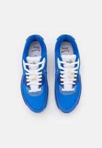 Nike Sportswear - AIR MAX 90 SE - Sneakersy niskie - signal blue/white/game royal/deep royal blue/black/sail - 3