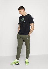 Nike Sportswear - RETRO TEE - Triko spotiskem - black/volt - 1