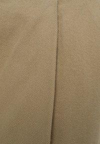 Bershka - MIT WEITEM BEIN UND BUNDFALTEN  - Relaxed fit jeans - beige - 5