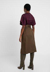 Great Plains London - BEAU BELT - Áčková sukně - dark olive - 2