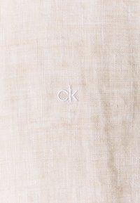 Calvin Klein Tailored - SOLID SLIM SHIRT - Formální košile - bleached stone - 2