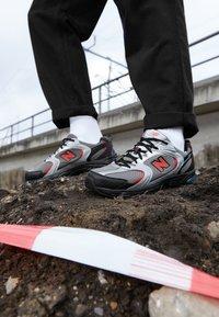 New Balance - MR530 - Sneakersy niskie - black/red - 7