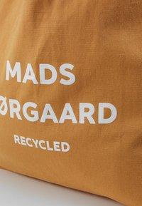 Mads Nørgaard - BOUTIQUE ATHENE - Velká kabelka - tan/white - 2