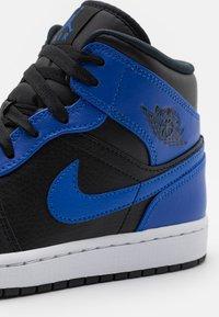 Jordan - AIR JORDAN 1 MID - Zapatillas altas - black/hyper royal/white - 5