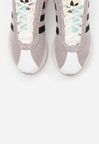 adidas Originals - ANDRIDGE SPORTS INSPIRED SHOES - Zapatillas - cloud white/clear black/chalk coral - 5
