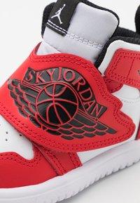 Jordan - SKY 1 UNISEX - Basketbalové boty - white/black/university red - 5