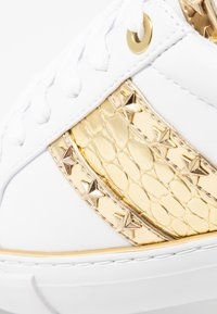 Guess - GRAYZIN - Sneakers laag - white/gold - 6