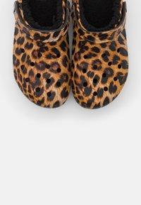 Crocs - CLASSIC LINED  - Pantuflas - black - 5