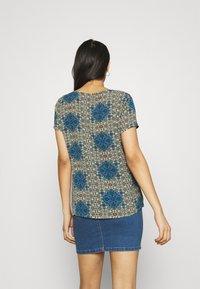 Vero Moda - VMSAGA - Print T-shirt - birch/esmeralda - 2