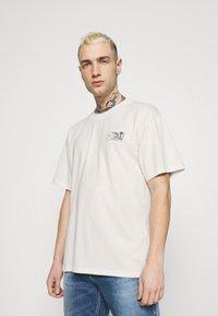 Edwin - MONDOKORO UNISEX - Print T-shirt - whisper white - 0