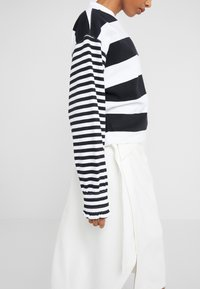 Opening Ceremony - CROPPED STRIPE - Long sleeved top - black/white - 3