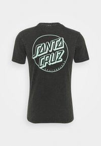 Santa Cruz - EXCLUSIVE PASTEL UNIVERSAL HAND UNISEX - Print T-shirt - black acid wash - 1