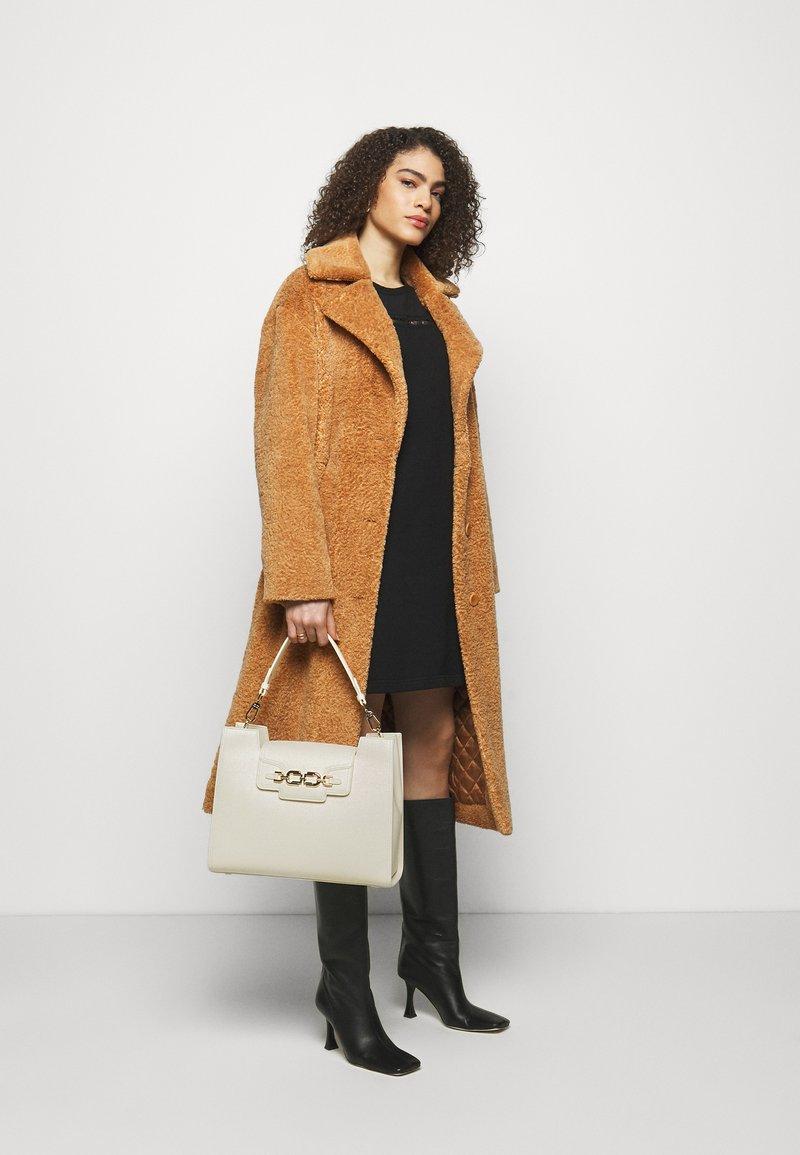 Elisabetta Franchi - CLAMP LOGO SHOULDER BAG - Handbag - burro
