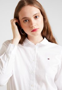 Tommy Hilfiger - HERITAGE REGULAR FIT - Button-down blouse - classic white - 3