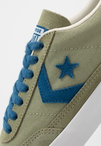 Converse - NET STAR - Sneakersy niskie - street sage/court blue/white - 5