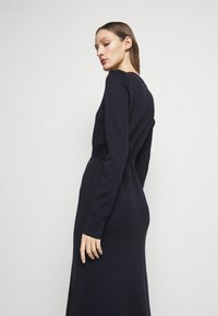 Victoria Beckham - BELTED  - Pletené šaty - navy/black - 3