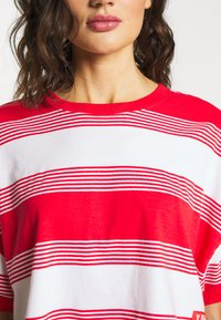Abrand Jeans - CROPPED TEE - Print T-shirt - bombay red - 5