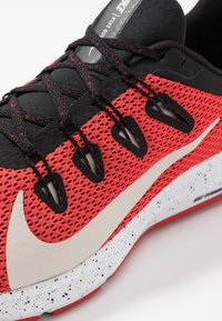 Nike Performance - QUEST 2 SE - Zapatillas de running neutras - universe red/desert sand/black/white - 5