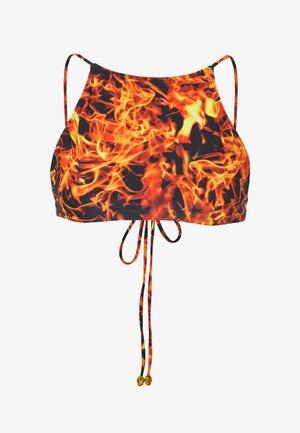 CROP WITH TIE BACK FLAME PRINT - Bikini top - red