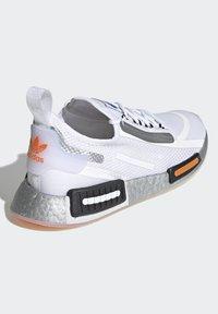 adidas Originals - NMD_R1 SPECTOO UNISEX - Sneakers basse - footwear white/core black - 3