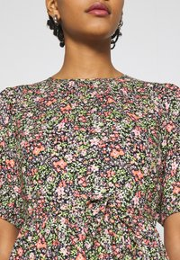 Miss Selfridge - CLUSTER FLORAL DRESS - Denní šaty - black - 5