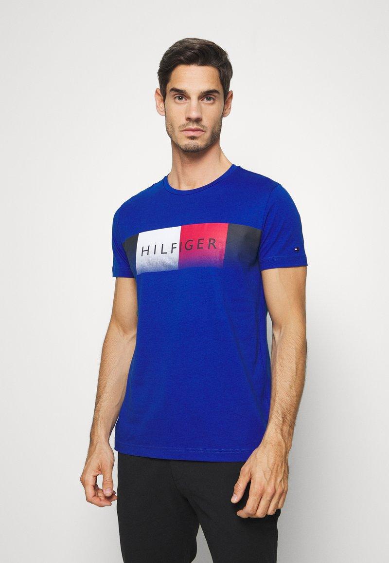 Tommy Hilfiger - TH COOL  - T-shirt z nadrukiem - blue